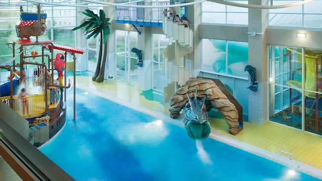 Heated indoor pool at algonquin 39 s explorers hotel for Interieur hotel disney