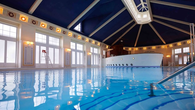 Piscine du disney 39 s newport bay club disneyland paris for Piscine disneyland hotel